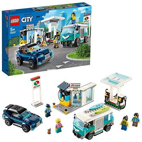 LEGO 60257 City Tankstelle, Bauset mit SUV, Wohnmobil und Surfbrettern,...